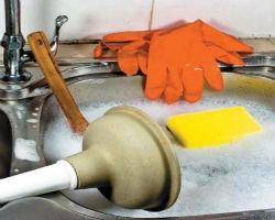 Использование вантуза и горячей воды для очистки труб