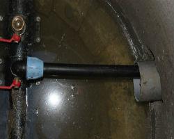 Пример принудительно врезанной в водопровод трубы
