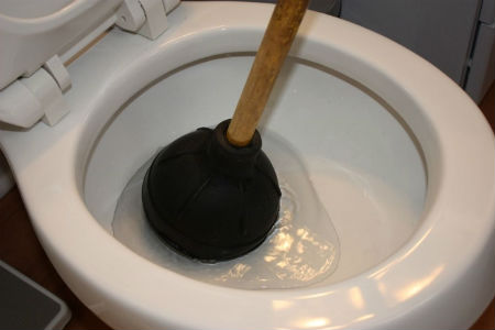 Применение вантуза для прочистки канализации