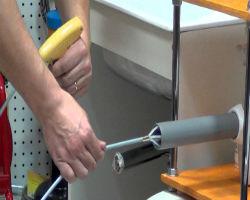 Прочистка трубы с помощью троса