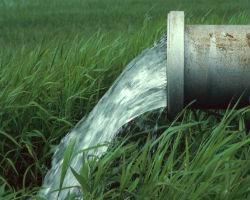 Выходящая на почву труба для водоотведения