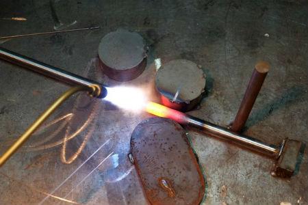Перед обработкой трубу желательно нагреть горелкой