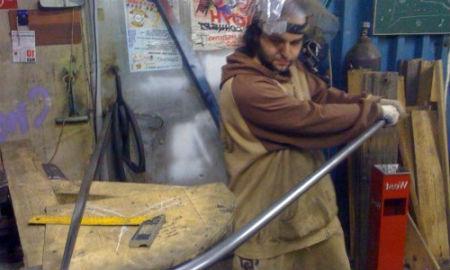 Процесс загибания стальной трубы