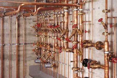 Пример сложной разводки водоснабжения, состоящей из медных труб и латунных фитингов