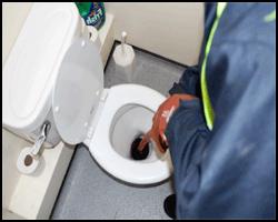 Процесс устранения засора в канализации