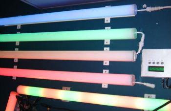 Трубы из оргстекла без проблем пропускают свет и цвета
