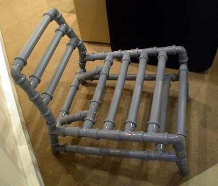 Собранный стул из пластиковых труб