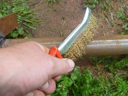 Ручная зачистка трубопровода от ржавчины