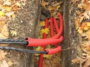 Прокладка силовых кабелей в гофрированной трубе под землей