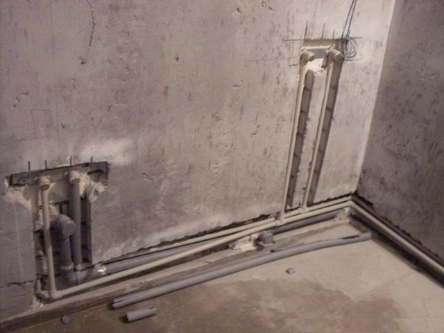 Установка труб в штробы