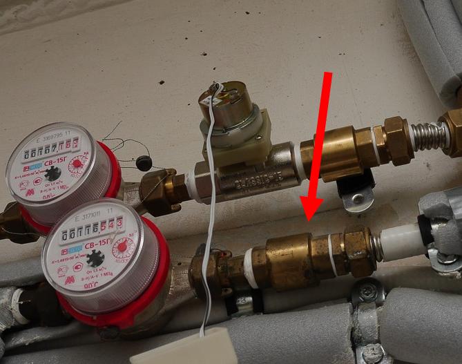 Муфтовый обратный клапан на трубопроводе водоснабжения