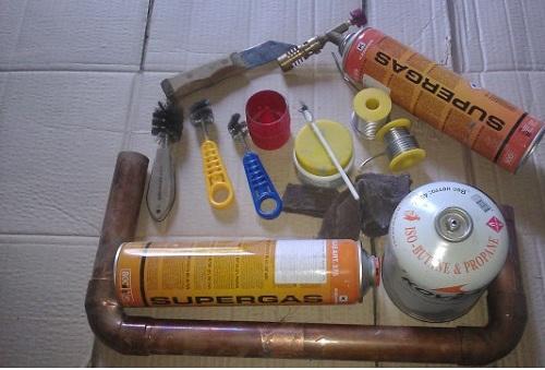 Набор инструмента для пайки медных труб своими руками (газовый баллон, горелка, проволока, ерши для зачистки)