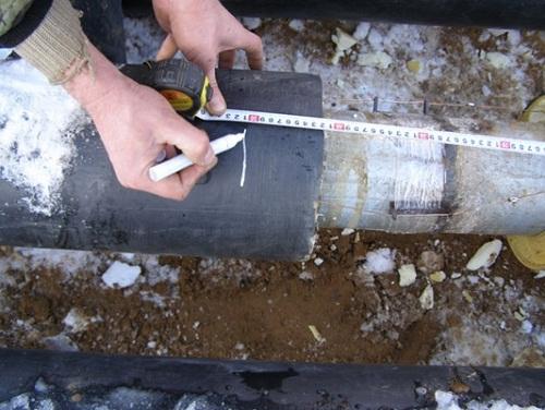Разметка установки края манжеты на монтируемом трубопроводе