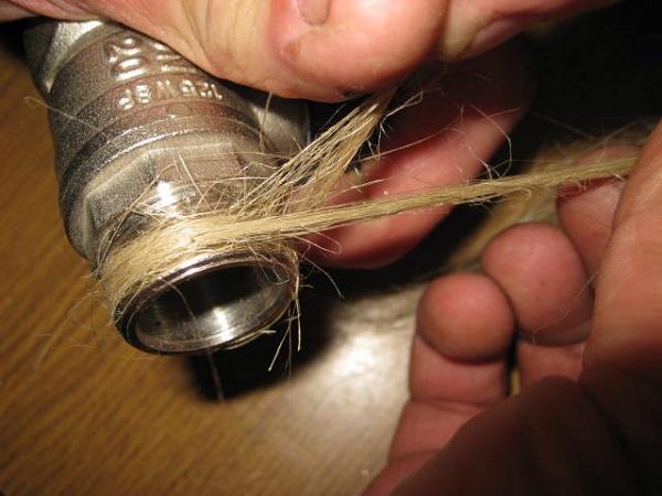Уплотнение льном при установке муфтовой арматуры