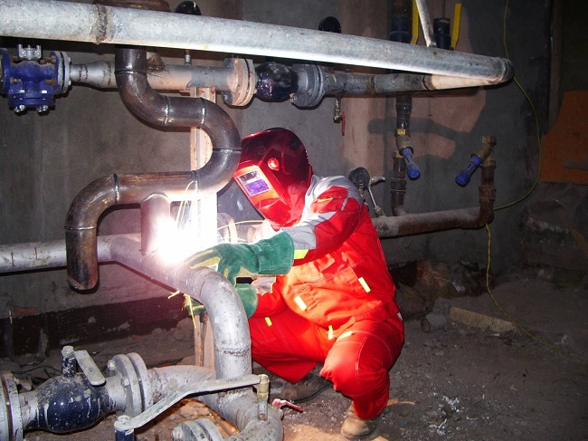 Процесс сварки стального трубопровода