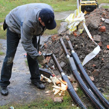 С помощью газовой горелки происходит процесс термоусадки полеуритановой манжеты