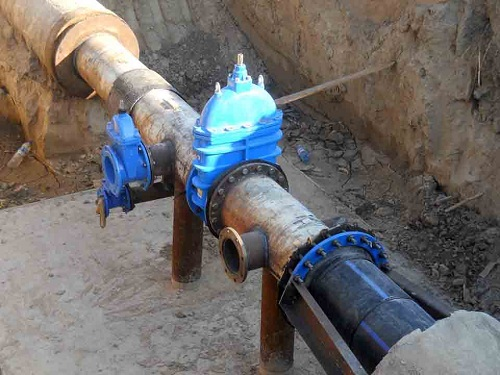 Переход с пластиковой трубы на металлическую с помощью фланцевого соединения