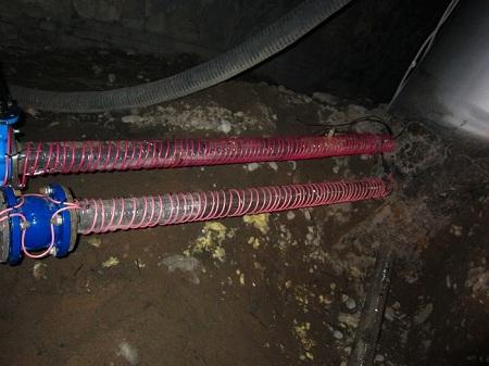 Если есть опасность замерзания водопровода, его утепляют греющим кабелем