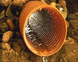 Дренажная труба отводит воду с участка