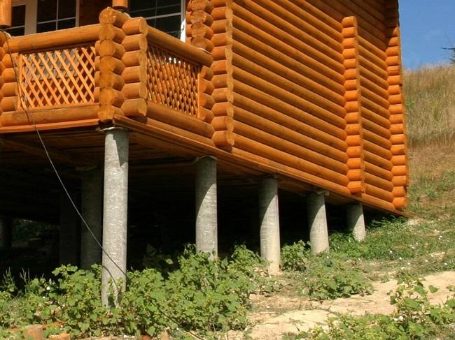 Деревянный дом на фундаменте из асбестовых труб