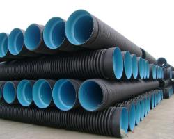 Гофрированные канализационные трубы на складе