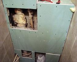 Короб из гипсокартона позволяет спрятать стояки труб в туалете