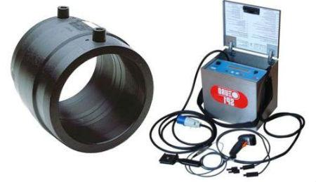 Электросварная муфта и аппарат для подачи на нее тока