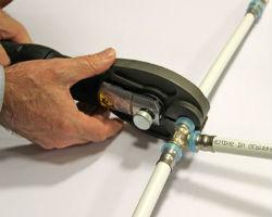 Где и для чего применяют пресс-клещи для металлопластиковых труб?