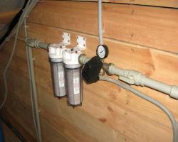 Труба водоснабжения с фильтрами в частном доме