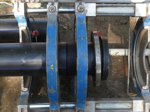 Процесс приварки втулки к пластиковой трубе