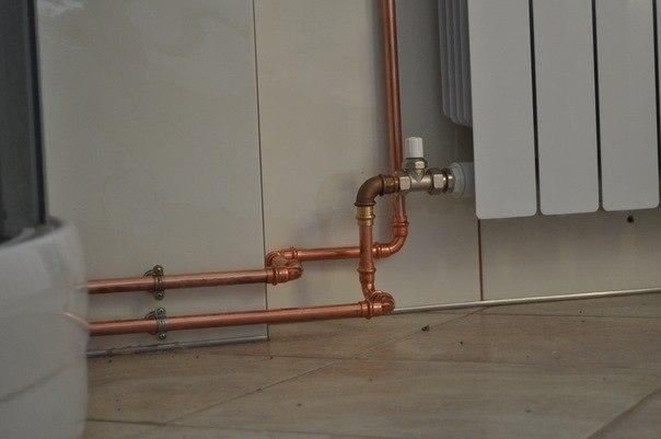 Подключенная к радиатору медная труба