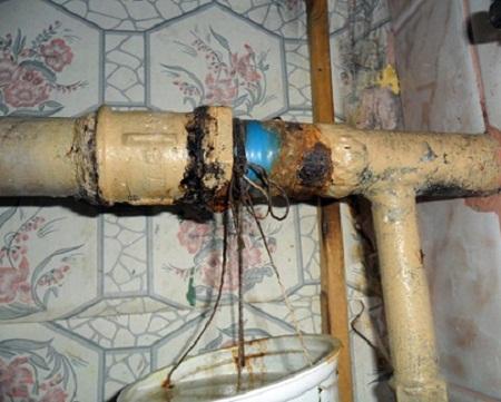 Новая течь на трубе - сигнал к неотлагательному ремонту