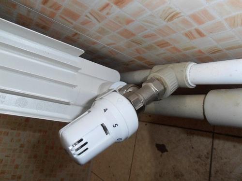 Термостатический клапан с автоматическим регулирующим датчиком (термоголовкой)