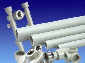 Полимерные водопроводные трубы разных диаметров и подходящие для них фитинги