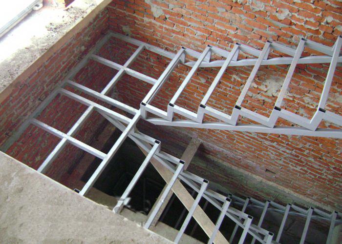 Следует учитывать большой вес конструкции основания лестницы из металлических труб