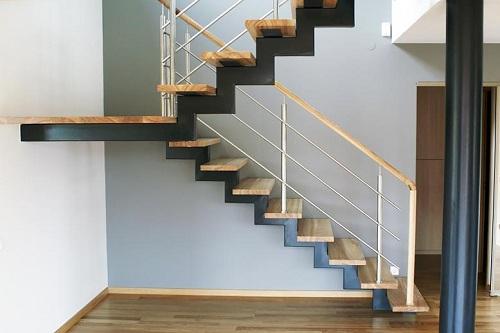 Деревянные ступени значительно украшают металлическую конструкцию лестницы