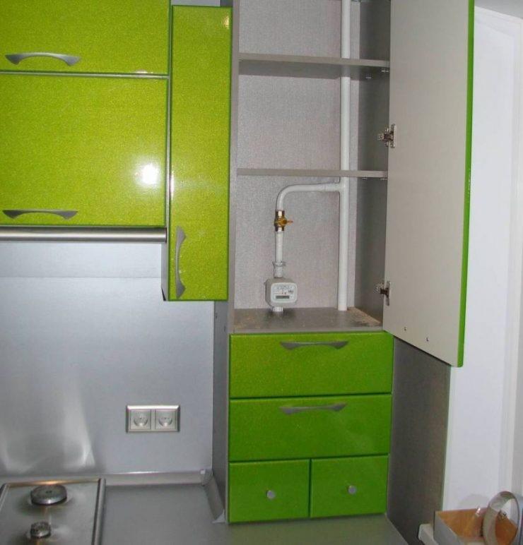 Декор газовой трубы в кухонном гарнитуре
